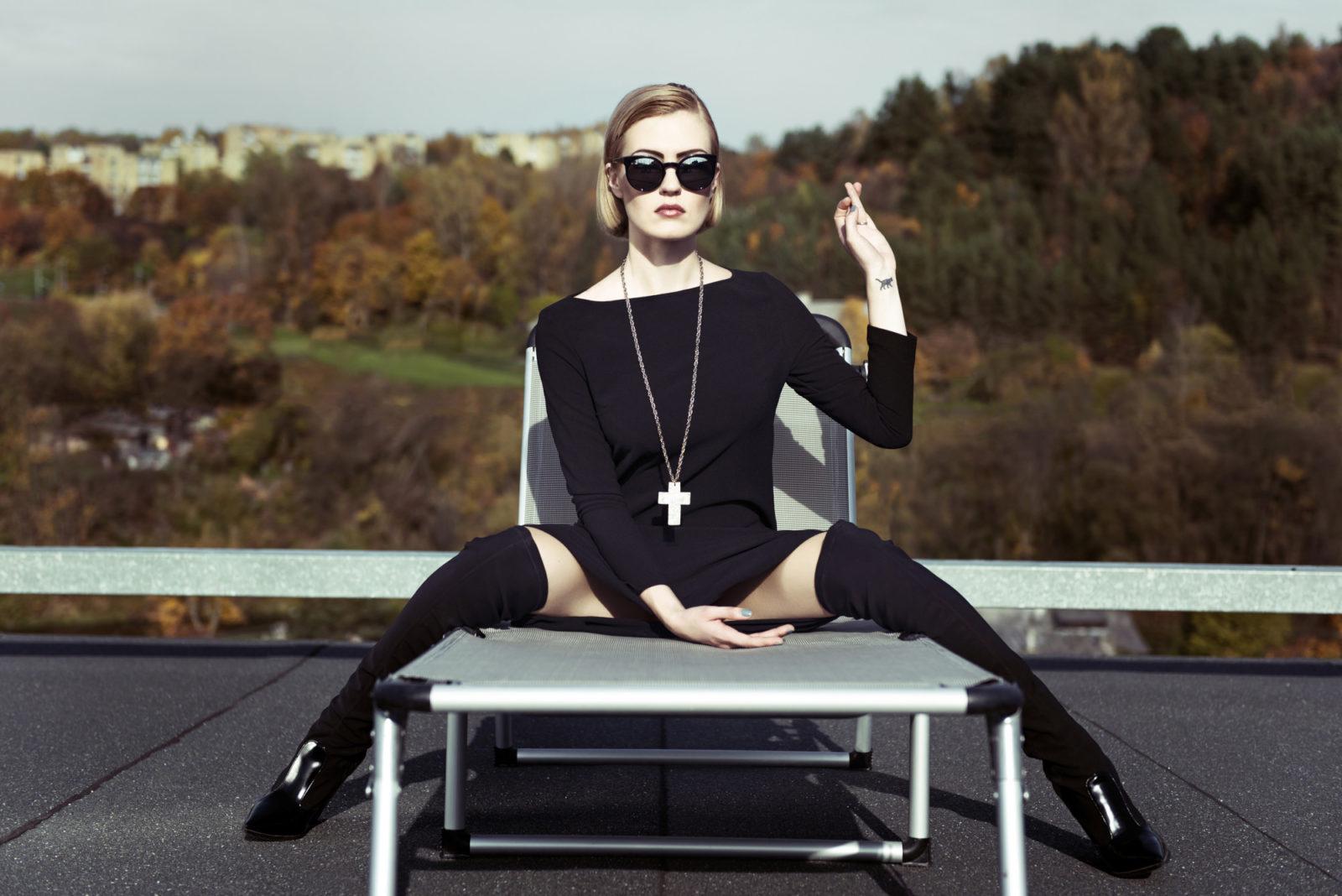 Mados fotosesija ant rudeninio stogo. Drabužiai: Vogue plius. Modelis: Miglė Kazėnaitė. Retušas: Kristina Kekytė.